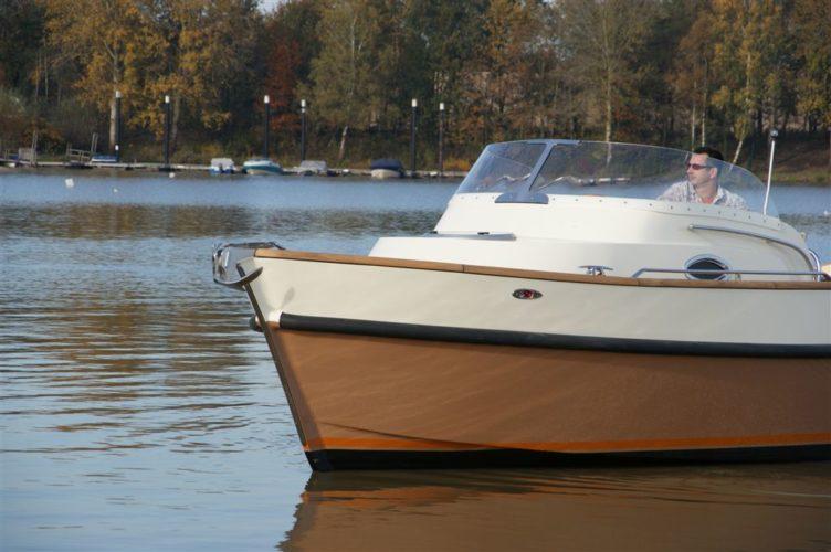 Passgenaue Anfertigung von Bootsscheiben aus verschiedenen Kunststoffen.