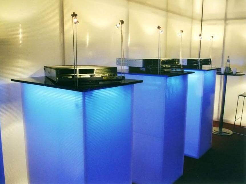 Hier kann man sehen, wie gut sich Kunststoffprodukte mit indirekter Beleuchtung zu einem optischen Highlight gestalten lassen! Kategorie: Messe- und Ladenbau
