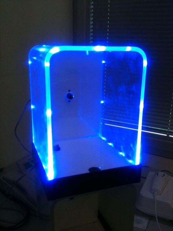Indirekte Beleuchtung mit Lichtleisten aus Kunststoff.