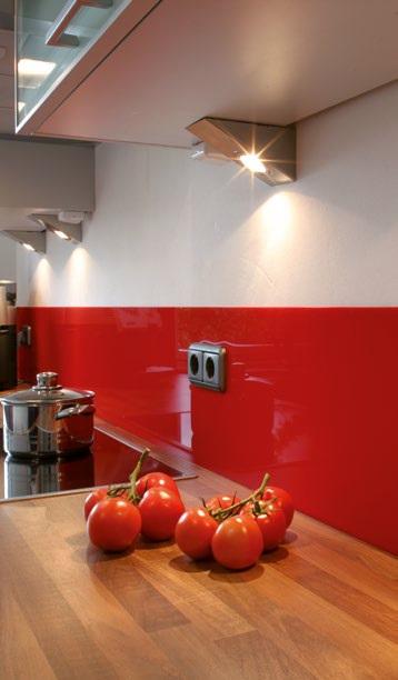 Das Bild zeigt eine dekorative und zugleich funktionale Wandverkleidung aus Kunststoff für den Küchenbereich