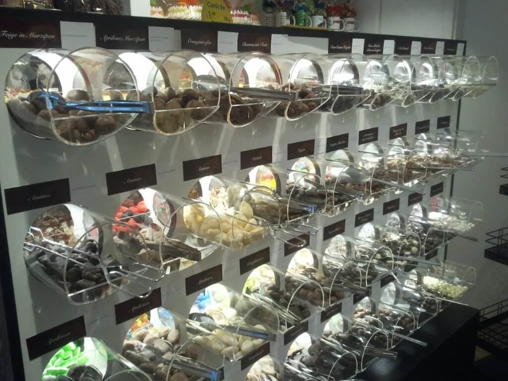 Hier sieht man ein Produkt von Carl Thomas, mit dem Lebensmittel in einem Laden angeboten werden. Kategorie: Messe- und Ladenbau.