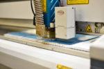 Das Bild zeigt den Zuschnitt eines Kunststoff Produkts