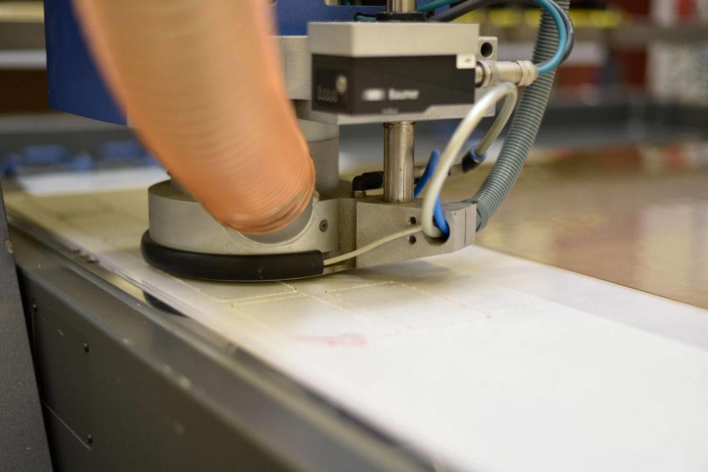 Wir bieten Beratung und die anschließende Kunststoffverarbeitung mit einer CNC-Fräsmaschine an.