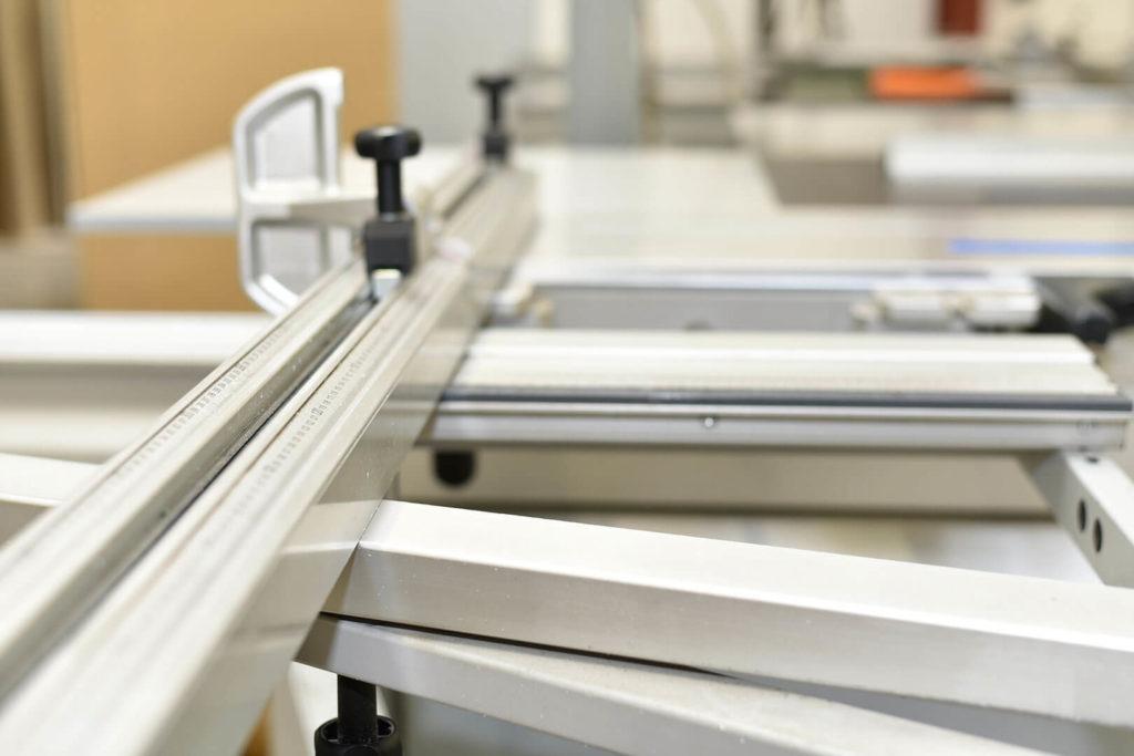 Passgenaue Verarbeitung und Zuschnitt von Kunststoffen mithilfe moderner Fertigungsmaschinen
