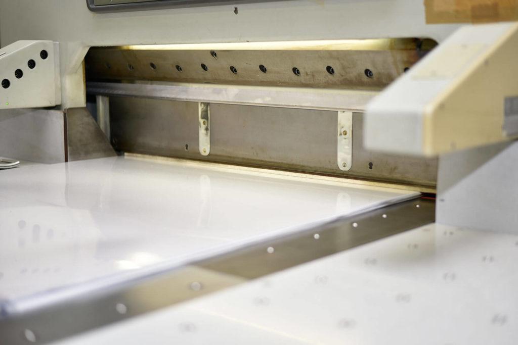 Das Bild zeigt den Zuschnitt eines Kunststoffprodukts