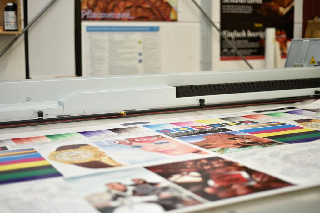 Entstehungsprozess von Digitaldruck auf Kunststoffen.