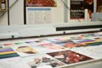 Das Bild zeigt die Entstehung eines Digitaldrucks bei Carl Thomas