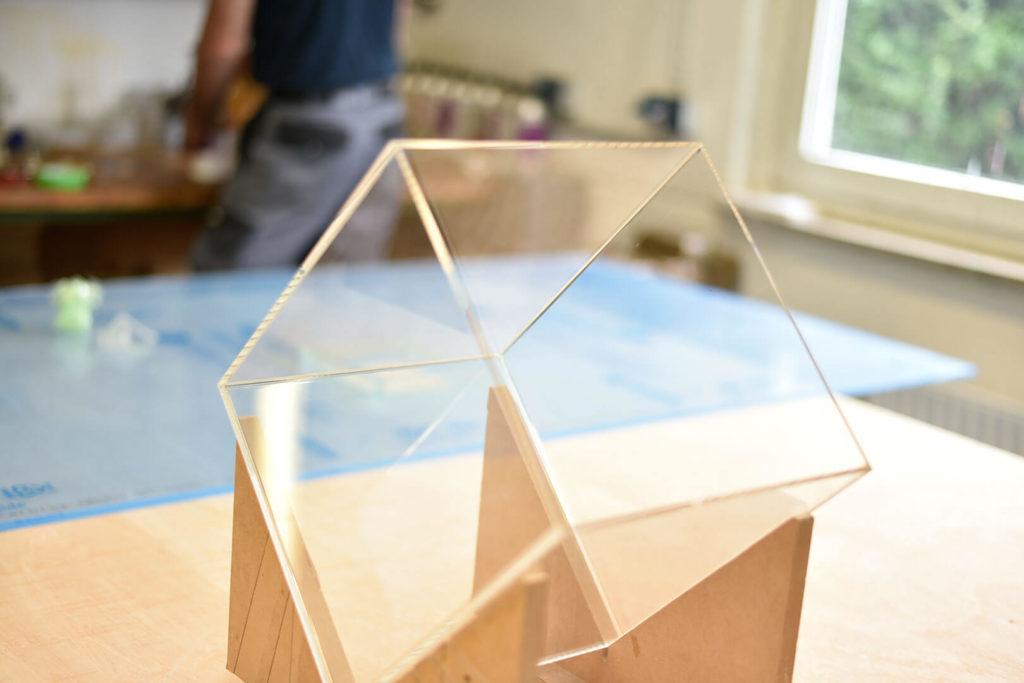 Abdeckungen aus Kunststoff isolieren auch gut gegen Wärme oder Kälte, dabei sind sie leichter als Glas.