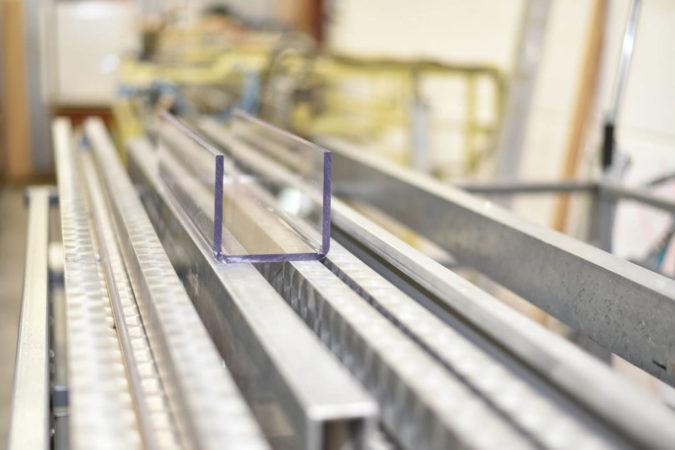 Kunststoffen können durch Verformen/ Biegen/ Abkanten verarbeitet werden.