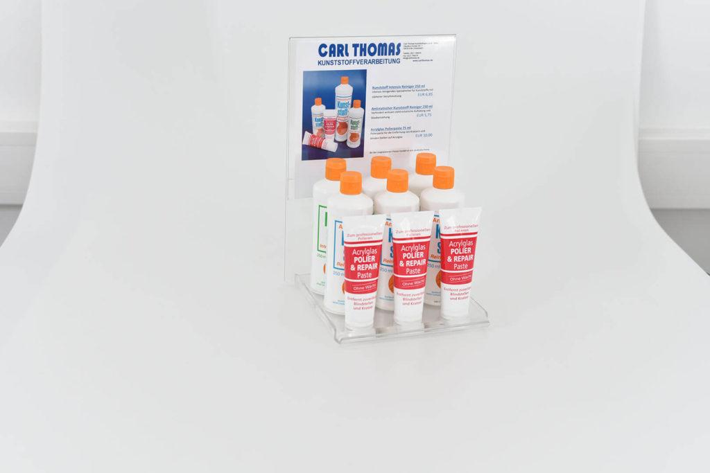 Das Bild zeigt einen Produktständer aus Kunststoff, in dem Produkte präsentiert werden. Kategorie: Messe- und Ladenbau, Warenpräsentation