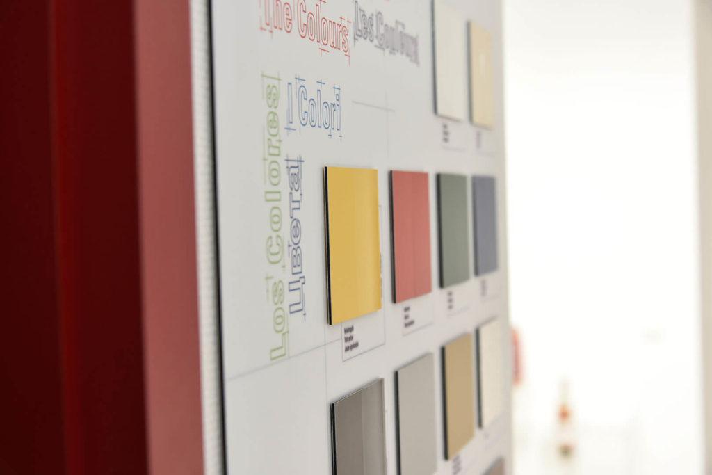 Das Bild zeigt eine Auswahl der Kunststoffe, aus denen Kunden bei Carl Thomas wählen können. Neben verschiedenen Farben gilt es auch, den richtigen Kunststoff für die Kundenwünsche auszuwählen.